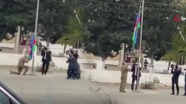 Aliyev, işgalden kurtarılan bölgede Azerbaycan bayrağını öperek göndere çekti