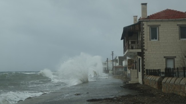 Çanakkale'de dev dalgalar evlere ulaştı