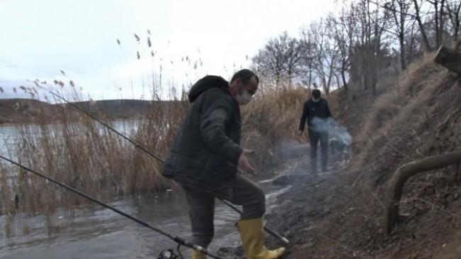 Korona virüsten kaçıp gölet kenarında huzur buluyorlar