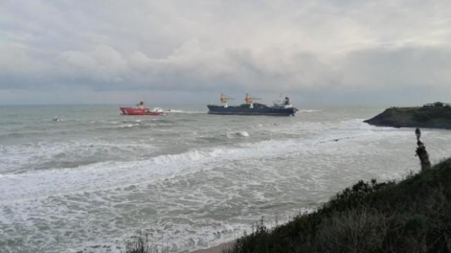 Riva'da karaya oturan gemi römorkör ile çekildi