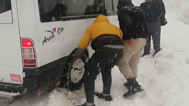 Şemdinli'de yoğun kar yağışı nedeniyle araçlar yolda kaldı
