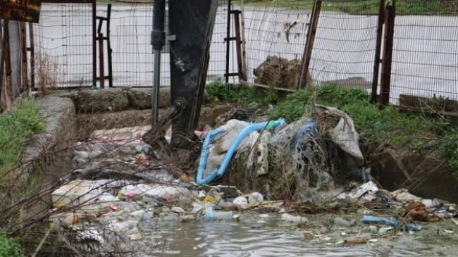 Sulama kanalı çöple doldu, taşkın son anda engellendi
