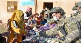 TSK'dan Barış Pınarı bölgesindeki çocuklara gıda ve kırtasiye yardımı