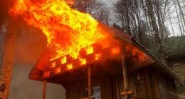 Turizm parkındaki bungalov ev alev alev yandı