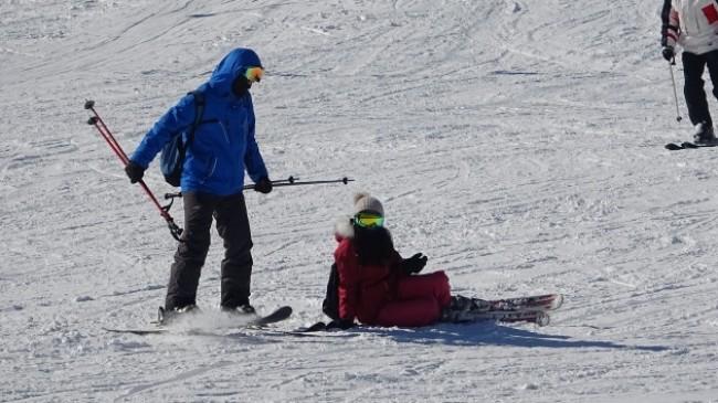 Uludağ'ın pistlerinde acemi kayakçılardan ilginç görüntüler