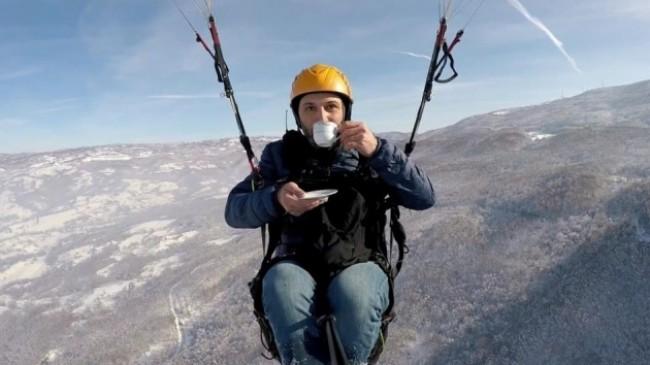 Yamaç paraşütü ile hem uçtu hem elindeki fincandan çayını yudumladı