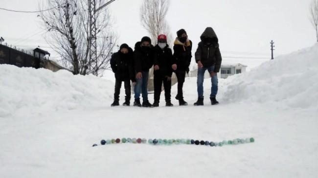Yüksekova'da çocukların kar üstünde misket keyfi