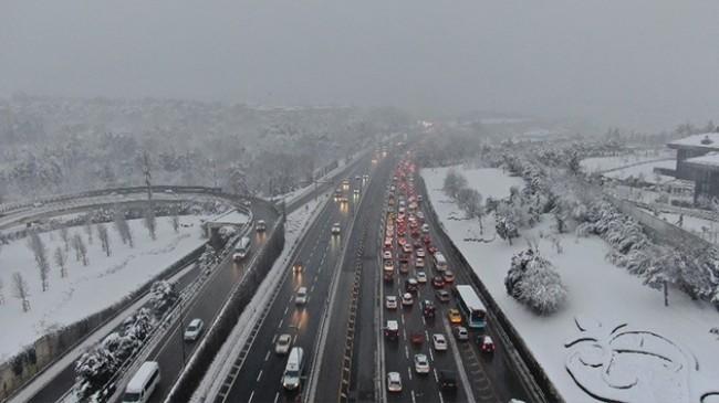 15 Temmuz Şehitler Köprüsü'nde kar ve kısıtlama sonrasındaki trafik havadan görüntülendi