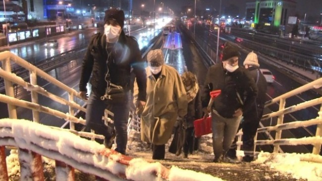 56 saatlik kısıtlama sonrası İstanbullular haftaya karla başladı