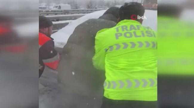 Beylikdüzü'nde trafik polisinin yolda kalan araçları kurtarma mücadelesi