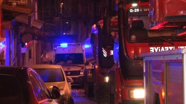 Beyoğlu'nda yangın çıkan evde mahsur kalan yaşlı kadın son anda kurtarıldı