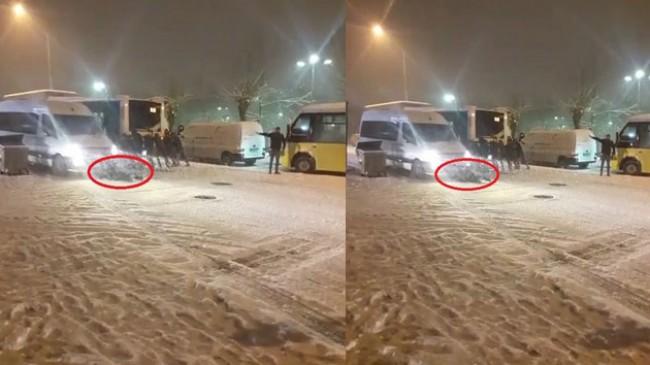 Buzlu yolda kayan minibüsün altında kalmaktan son anda kurtuldu…O anlar kamerada
