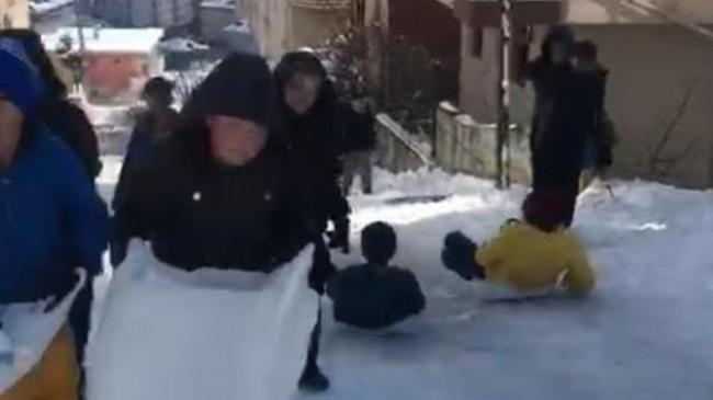 Çocuklar ile kar küreme ekipleri arasında gülümseten diyalog