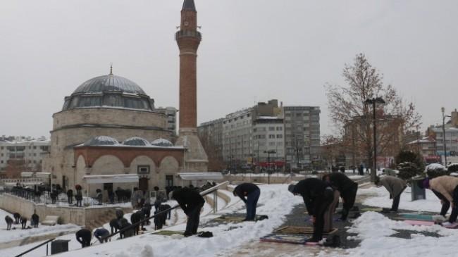 Cuma namazını dondurucu soğukta karla kaplı zeminde kıldılar