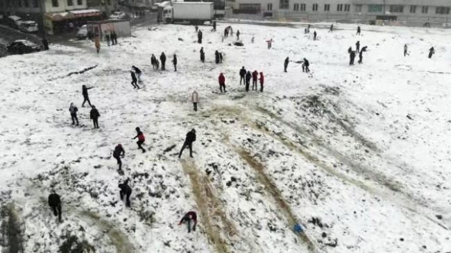 Esenyurt'ta kar topu keyfi havadan görüntülendi