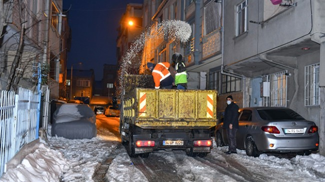 Esenyurt'ta kışla mücadele ekipleri çalışmalarına devam ediyor