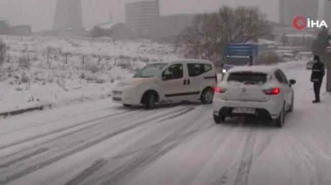 Esenyurt'ta sürücülerin kar yağışı imtihanı