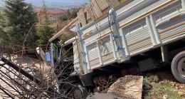 Freni boşalan kamyon istinat duvarına daldı
