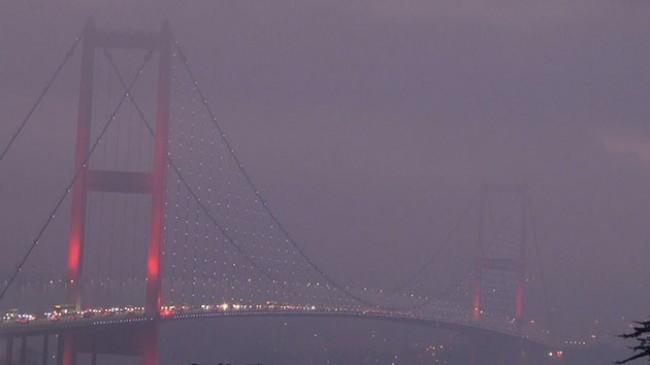 İstanbul Boğazı'nda sabah saatlerinde etkili olan sis kartpostallık görüntüler oluşturdu