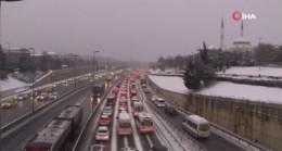 İstanbul'da etkili olan kar yağışı sonrası 15 Temmuz Şehitler Köprüsü'nde trafik yoğunluğu