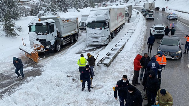 Kardan kapanan yol ulaşıma açıldı