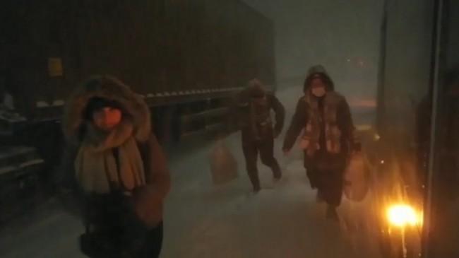 Karlı yolda kalan vatandaşların yardımına halk otobüsü koştu
