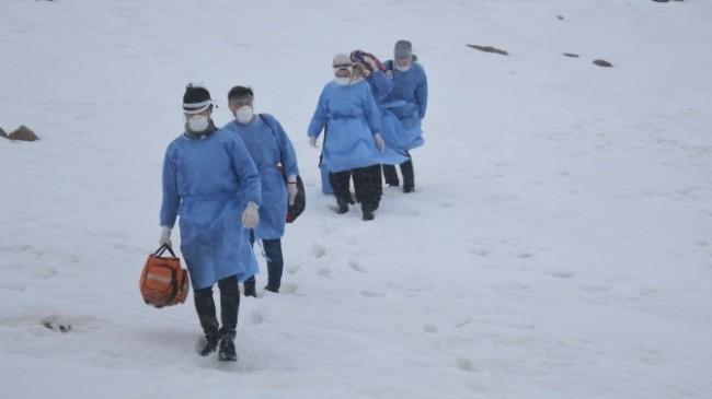 Karlı yolları aşarak korona virüs aşısı yapıyorlar
