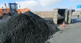 Kayseri'de kömür tozu yüklü tır devrildi, yol ulaşıma kapandı