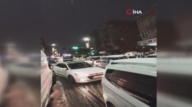Küçükçekmece'de karda araçlar yolda kaldı