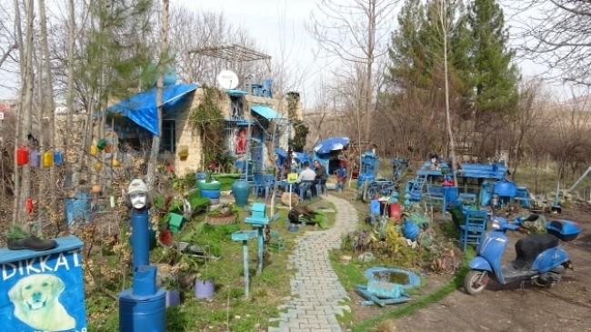 Mardin'deki bu evin bahçesi 'Şirinler köyünü' andırıyor