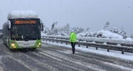 Trafik polisleri elleriyle kar küreyerek yolda kalan sürücülere böyle yardım etti