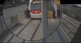 Turnikeye takılan riskli vatandaşlar ve tramvay kazaları kamerada