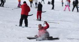 Uludağ'da kayakçılar pistlerin tozunu attırıyor
