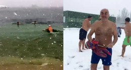 Yeşilköy plajında lapa lapa yağan karın altında denize girdiler
