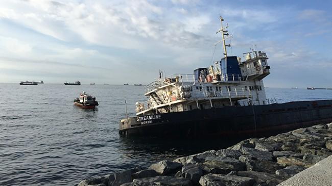Zeytinburnu'nda kıyıya oturan geminin çevresinde dalgıçlar inceleme yaptı