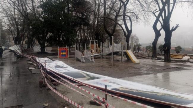 Zonguldak'ta şiddetli rüzgarda reklam panosu devrildi