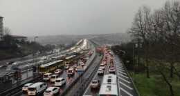 İstanbul'da kar yağışı trafiği durma noktasına getirdi