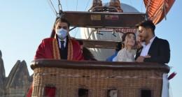 Kapadokya'da gökyüzünde nikah kıyıldı