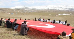 Varto'da Çanakkale şehitleri anısına dev Türk bayrağı açıldı