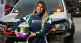 Yakutiye Medresesi'nde kadın yarış pilotundan nefes kesen gösteri