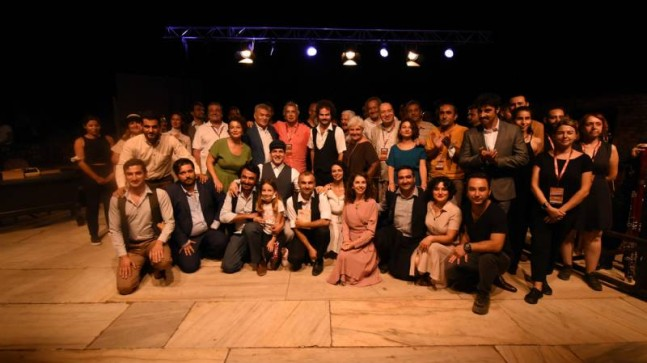 """Mersin Büyükşehir Şehir Tiyatrosu, İzmir'de """"Aslolan Hayattır"""" Oyununu Sahneledi"""