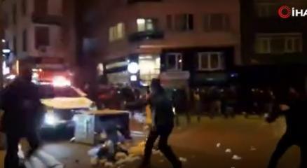 Kadıköyde polis aracına saldıran eylemciler yoldan geçen iki kişiyi darp etti