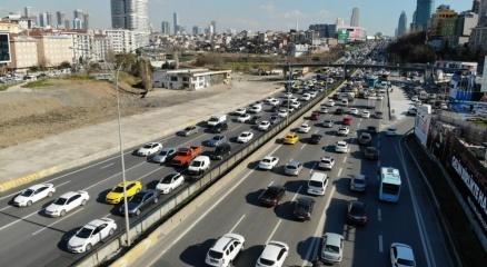 İstanbulda 56 saatlik kısıtlama öncesi trafik yoğunluğu erken başladı