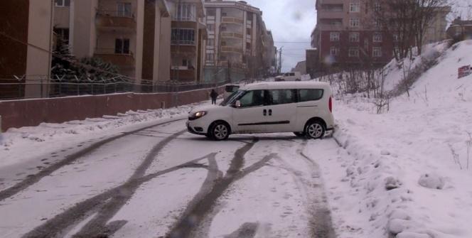 Karda araçları kayan sürücülerin zor anları kameralara yansıdı