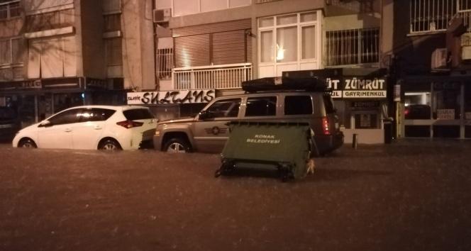 İzmiri sel vurdu: Dereler taştı, araçlar sular altında kaldı